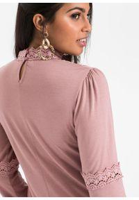 Shirt z koronką i długim rękawem bonprix różowobrązowy. Typ kołnierza: kołnierzyk stójkowy. Kolor: różowy. Materiał: koronka. Długość rękawa: długi rękaw. Długość: długie. Wzór: koronka