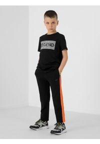 4f - Spodnie dresowe chłopięce (122-164). Okazja: na co dzień. Kolor: czarny. Materiał: dresówka. Styl: casual