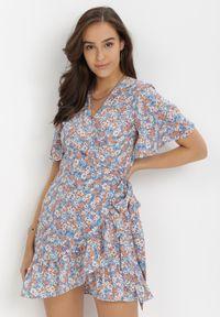 Born2be - Niebieska Sukienka Naririssa. Kolor: niebieski. Materiał: wiskoza, materiał. Wzór: kwiaty, nadruk. Typ sukienki: kopertowe. Styl: retro. Długość: mini