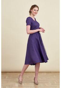 Marie Zélie - Sukienka Rosa lniana fioletowa. Typ kołnierza: kokarda. Kolor: fioletowy. Materiał: len. Długość rękawa: krótki rękaw. Długość: midi