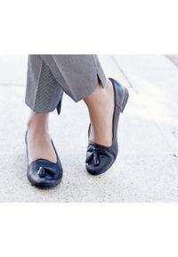 Zapato - balerinki dziurkowane z frędzlami - skóra naturalna - model 010 - kolor czarny. Okazja: do pracy. Nosek buta: okrągły. Kolor: czarny. Materiał: skóra. Wzór: ażurowy. Obcas: na obcasie. Styl: elegancki, klasyczny. Wysokość obcasa: niski