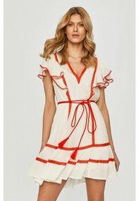 TwinSet - Sukienka z koronkowymi wstawkami i krótkim rękawem Twinset. Typ kołnierza: kołnierz z falbankami, dekolt w kształcie V. Kolor: biały. Materiał: koronka. Długość rękawa: krótki rękaw. Wzór: koronka. Typ sukienki: dopasowane. Styl: klasyczny
