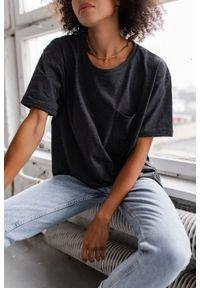 Marsala - T-shirt damski w kolorze grafitowym z kieszonką SPLIT GRAPHITE BY MARSALA. Kolor: szary. Materiał: jeans, bawełna. Długość rękawa: krótki rękaw. Długość: krótkie