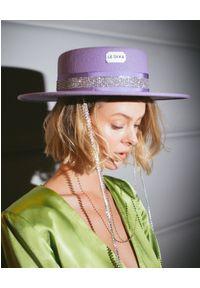 LESHKA - Fioletowy kapelusz z cekinami Silver Liliac Canotier. Kolor: różowy, wielokolorowy, fioletowy. Wzór: aplikacja