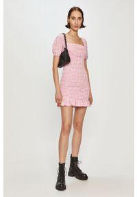 Różowa sukienka Guess casualowa, dopasowana, na co dzień, z dekoltem karo