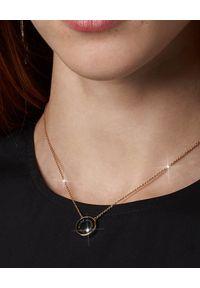 THE MARC JACOBS - Dwustronny naszyjnik The Medallion. Materiał: metalowe, złote. Kolor: czarny. Kamień szlachetny: kryształ