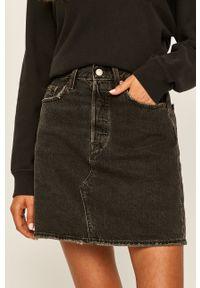 Levi's® - Levi's - Spódnica jeansowa. Okazja: na spotkanie biznesowe, na co dzień. Stan: podwyższony. Kolor: czarny. Materiał: jeans. Styl: biznesowy, casual