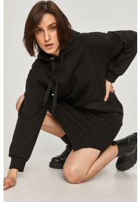 Czarna sukienka Answear Lab midi, gładkie, z kapturem