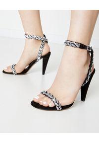 ALEXANDRE VAUTHIER - Czarne sandały z kryształami Swarovskiego. Zapięcie: pasek. Kolor: czarny. Materiał: len, zamsz, materiał. Wzór: aplikacja. Obcas: na obcasie. Styl: klasyczny, wizytowy. Wysokość obcasa: średni