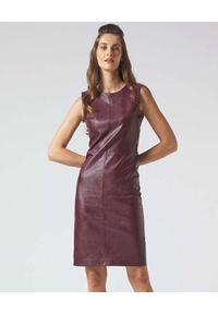Manila Grace - MANILA GRACE - Bordowa sukienka bez rękawów. Kolor: czerwony. Długość rękawa: bez rękawów. Typ sukienki: dopasowane. Długość: mini