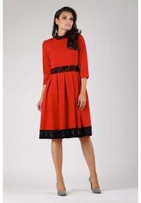 Nommo - Rozkloszowana Sukienka z Koronką - Czerwona. Kolor: czerwony. Materiał: koronka. Wzór: koronka