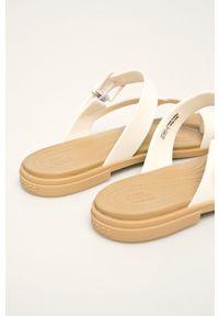 Białe klapki Crocs