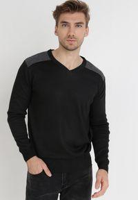 Born2be - Czarny Sweter Melyse. Typ kołnierza: dekolt w kształcie V. Kolor: czarny. Materiał: jeans. Wzór: aplikacja. Styl: klasyczny