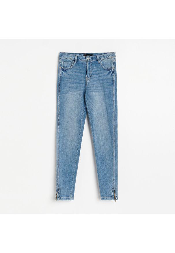 Reserved - Jeansy slim - Niebieski. Kolor: niebieski