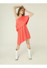 Madnezz - Sukienka Rita - koral. Kolor: pomarańczowy. Materiał: wiskoza, elastan. Sezon: lato. Typ sukienki: asymetryczne. Długość: mini