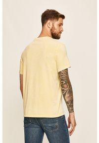 Żółty t-shirt Guess Jeans na co dzień, z nadrukiem, z okrągłym kołnierzem, casualowy