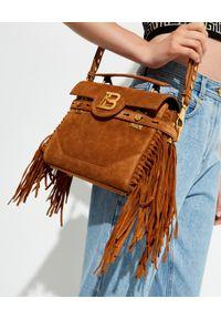 Balmain - BALMAIN - Brązowa torebka B-Buzz 23. Kolor: brązowy. Wzór: aplikacja. Dodatki: z frędzlami. Materiał: zamszowe, zdobione. Rodzaj torebki: na ramię