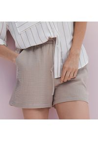 Reserved - Szorty ze strukturalnej tkaniny - Beżowy. Kolor: beżowy. Materiał: tkanina