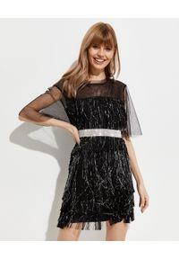 T-DRESS - Czarna sukienka mini Berry Fringe. Kolor: czarny. Długość: mini