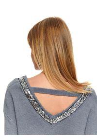 Szary sweter TOP SECRET z dekoltem w serek, z aplikacjami