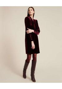 Luisa Spagnoli - LUISA SPAGNOLI - Aksamitna bordowa sukienka midi GESSETTO. Typ kołnierza: dekolt w serek. Kolor: czerwony. Długość: midi