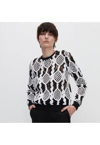 Reserved - Wzorzysta bluzka z ażurową wstawką - Czarny. Kolor: czarny. Wzór: ażurowy
