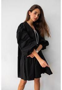 Sukienka rozkloszowana gładka z dekoltem V i sznurkiem czarna - CAMPBELL BLACK by Marsala. Typ kołnierza: dekolt w kształcie V. Kolekcja: moda ciążowa. Kolor: czarny. Materiał: materiał, bawełna. Wzór: gładki. Typ sukienki: koszulowe, oversize