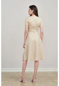 Marie Zélie - Sukienka Duilin lniana beżowa. Kolor: beżowy. Materiał: len. Długość rękawa: krótki rękaw. Typ sukienki: kopertowe