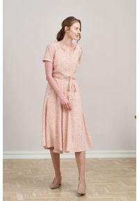 Marie Zélie - Sukienka Rosa Vacanza pudroworóżowa. Typ kołnierza: kokarda. Materiał: bawełna, wiskoza, skóra, materiał. Długość rękawa: krótki rękaw. Długość: midi