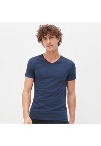 Niebieski t-shirt Reserved z dekoltem w serek
