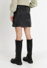 Born2be - Czarna Spódnica Dhano. Stan: podwyższony. Kolor: czarny. Materiał: guma