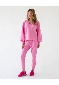 MARLU - Spodnie dresowe Jane. Kolor: różowy, fioletowy, wielokolorowy. Materiał: dresówka. Wzór: gładki