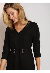 Czarna sukienka TOP SECRET elegancka, z kołnierzem typu klepsydra