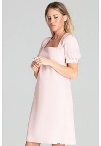 Figl - Trapezowa sukienka midi z kwadratowym dekoltem pastelowa różowa. Typ kołnierza: dekolt kwadratowy. Kolor: różowy. Materiał: materiał. Typ sukienki: trapezowe. Długość: midi