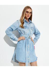 OFF-WHITE - Sukienka z logo na plecach. Typ kołnierza: kołnierzyk klasyczny. Kolor: niebieski. Materiał: jeans. Długość rękawa: długi rękaw. Wzór: kwiaty. Typ sukienki: proste. Styl: klasyczny