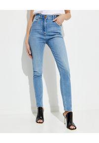 Balmain - BALMAIN - Jeansowe spodnie z wysokim stanem. Stan: podwyższony. Kolor: niebieski. Wzór: haft