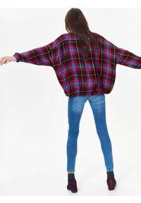 TOP SECRET - Koszula długi rękaw damska w kratę. Okazja: na co dzień. Typ kołnierza: dekolt w serek. Kolor: czerwony. Długość rękawa: długi rękaw. Długość: długie. Sezon: jesień, zima. Styl: elegancki, casual