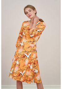 Marie Zélie - Sukienka Hermia Tori morelowa. Typ kołnierza: dekolt kopertowy. Kolor: pomarańczowy. Materiał: bawełna, dzianina, materiał, elastan, skóra. Długość rękawa: krótki rękaw. Typ sukienki: kopertowe