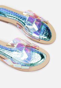 Renee - Niebieskie Klapki Spyriss. Nosek buta: okrągły. Kolor: niebieski. Materiał: skóra, materiał. Wzór: paski, aplikacja. Obcas: na obcasie. Wysokość obcasa: niski