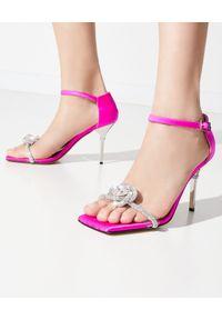 MACH&MACH - Różowe sandały na szpilce z kryształami. Zapięcie: pasek. Kolor: różowy, wielokolorowy, fioletowy. Materiał: jedwab, satyna. Wzór: aplikacja. Obcas: na szpilce. Styl: elegancki. Wysokość obcasa: średni