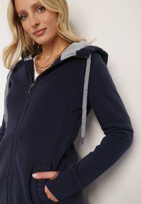 Renee - Granatowa Bluza Trypheris. Kolor: niebieski. Materiał: dzianina, polar. Długość rękawa: długi rękaw. Długość: długie. Wzór: aplikacja