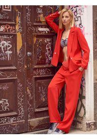 Czerwone spodnie TOP SECRET eleganckie, z podwyższonym stanem, w kolorowe wzory, na jesień