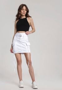 Renee - Biała Spódnica Lamelane. Stan: podwyższony. Kolor: biały. Wzór: geometria, aplikacja