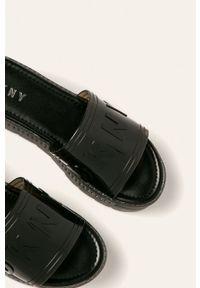 Czarne klapki DKNY na obcasie, na średnim obcasie