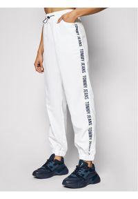 Białe spodnie dresowe Tommy Jeans