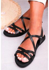 Maciejka - Czarne sandały maciejka skórzane płaskie z paskami na krzyż l4640-01/00-0. Zapięcie: pasek. Kolor: czarny. Materiał: skóra