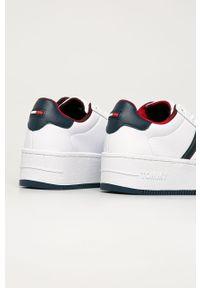 Białe buty sportowe Tommy Jeans z okrągłym noskiem, z cholewką, na sznurówki