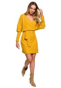MOE - Swetrowa Mini Sukienka z Kopertowym Dekoltem - Miodowa. Kolor: pomarańczowy. Materiał: poliester, wełna. Typ sukienki: kopertowe. Długość: mini
