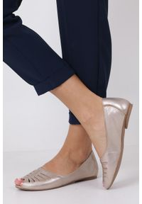 Maciejka - złote baleriny skórzane z odkrytymi palcami maciejka 03497-25/00-6. Nosek buta: otwarty. Kolor: złoty. Materiał: skóra. Wzór: ażurowy, aplikacja. Styl: elegancki