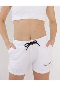 SUSAN SWIMWEAR - Białe szorty ze ściągaczem. Kolor: biały. Materiał: bawełna, poliester. Wzór: haft, aplikacja. Styl: sportowy, wakacyjny